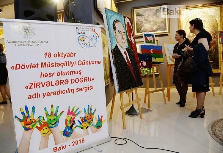 Dövlət Müstəqilliyi Gününə həsr olunmuş yaradıcılıq sərgisi keçirilib, fotoşəkil-1