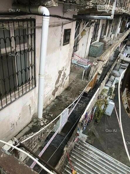 Bakıda binanın eyvanı uçdu - FOTO, fotoşəkil-1