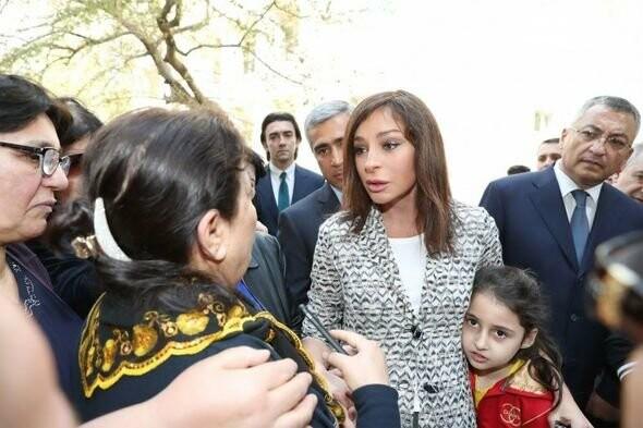Mehriban Əliyeva Bakıda  köçkünlərlə görüşüb - VİDEO / FOTO, fotoşəkil-4