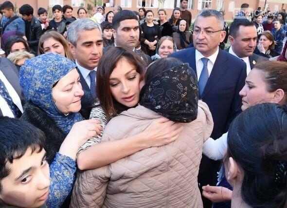 Mehriban Əliyeva Bakıda  köçkünlərlə görüşüb - VİDEO / FOTO, fotoşəkil-17