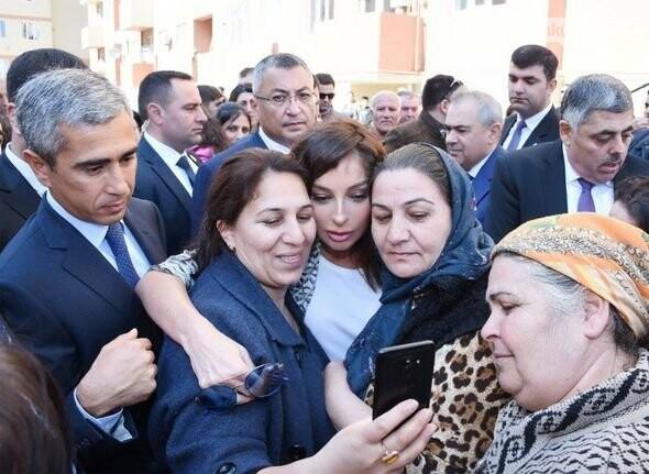 Mehriban Əliyeva Bakıda  köçkünlərlə görüşüb - VİDEO / FOTO, fotoşəkil-25