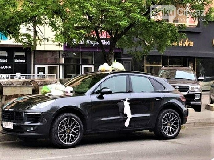 """Bakıda """"Porsche""""nin üstünə zibil torbaları atıldı - FOTO, fotoşəkil-2"""