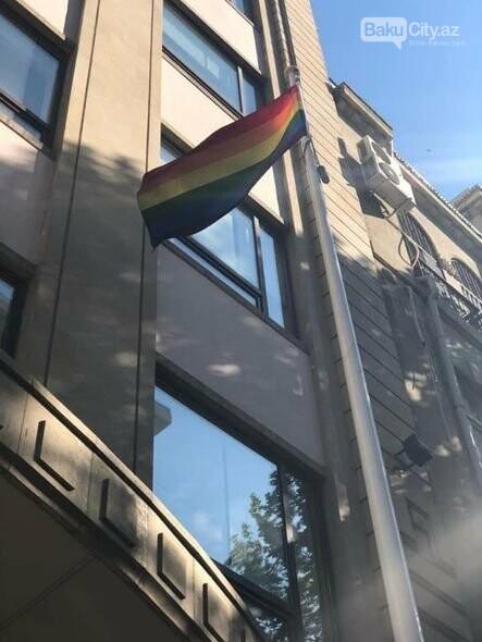 Bakıda səfirlik binasından LGBT bayrağı asıldı - FOTO, fotoşəkil-1