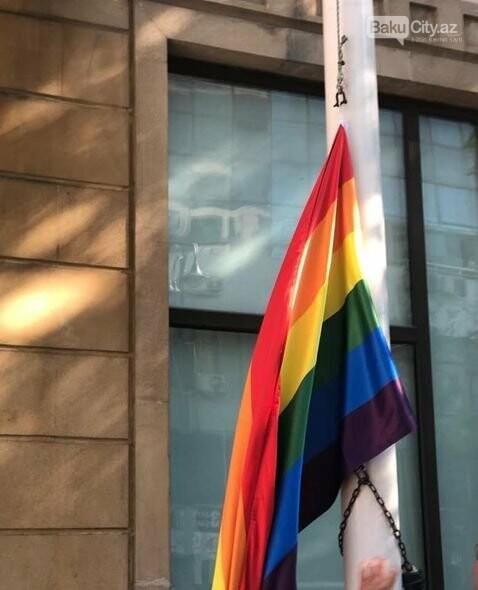 Bakıda səfirlik binasından LGBT bayrağı asıldı - FOTO, fotoşəkil-2