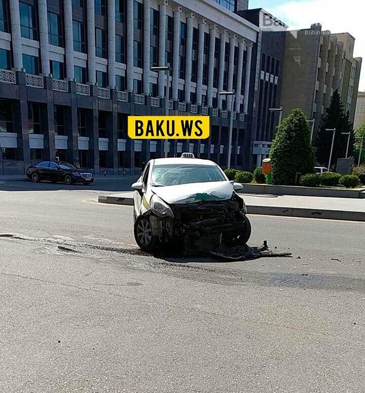 Bakıda taksi şirkətinin maşını qəza törətdi - FOTO, fotoşəkil-1