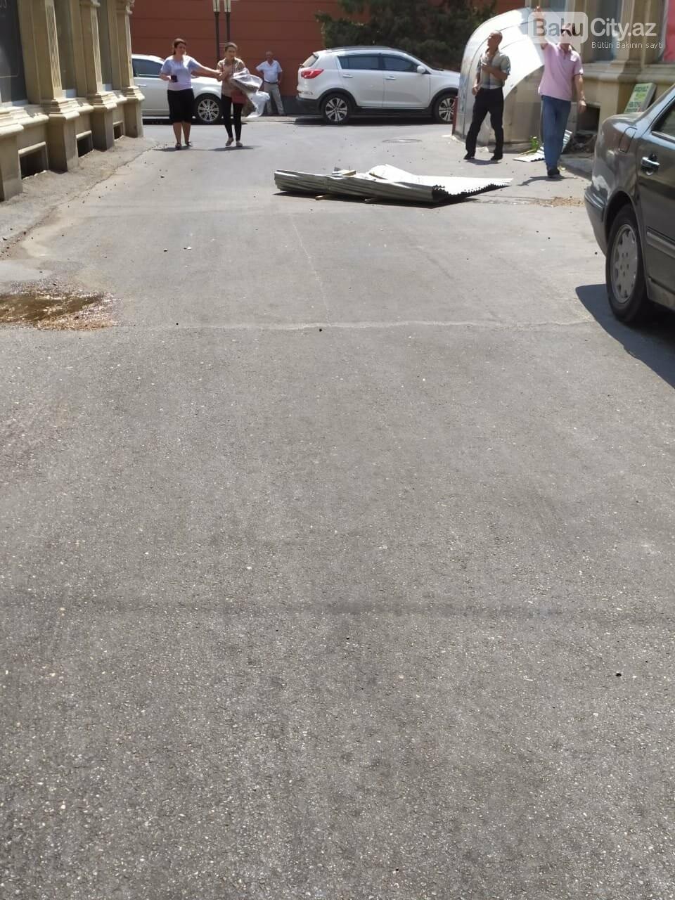 Güclü külək Bakıda binanın dam örtüyünü uçurdu - FOTO, fotoşəkil-2