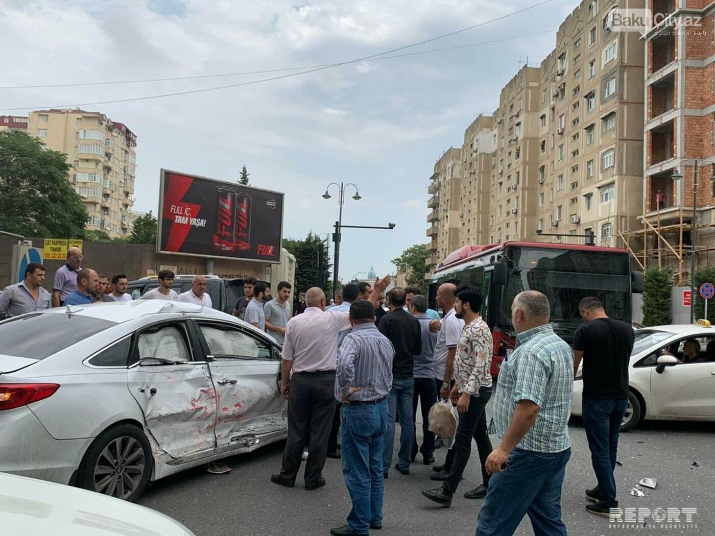 """""""Baku Bus""""ın avtobusu avtomobillə toqquşdu / FOTO, fotoşəkil-1"""