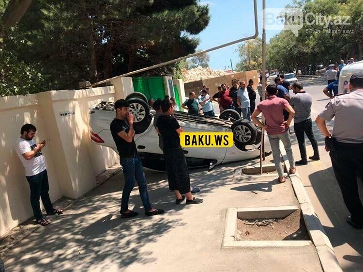 Bakıda minik avtomobili aşdı - FOTO, fotoşəkil-1