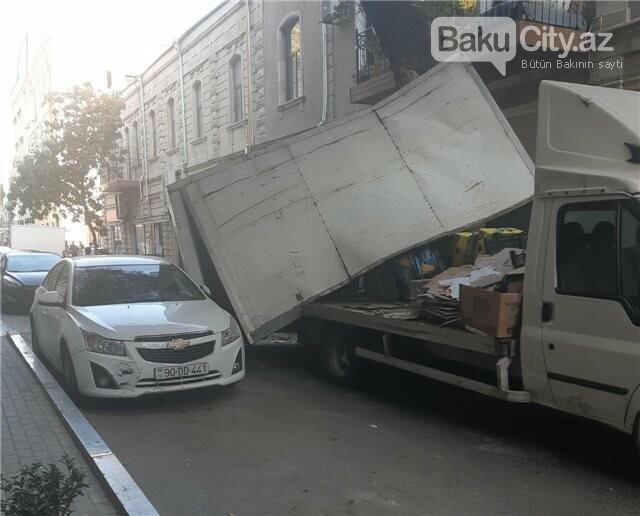 Bakıda yük avtomobili ağaca ilişib aşdı, polisin maşınına da ziyan dəydi - FOTO, fotoşəkil-1