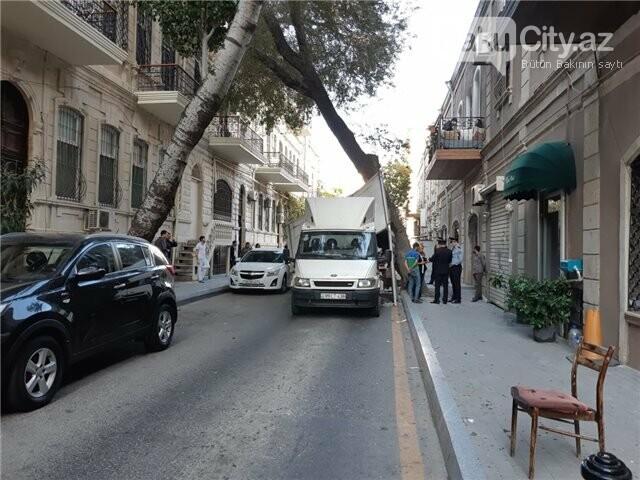 Bakıda yük avtomobili ağaca ilişib aşdı, polisin maşınına da ziyan dəydi - FOTO, fotoşəkil-2