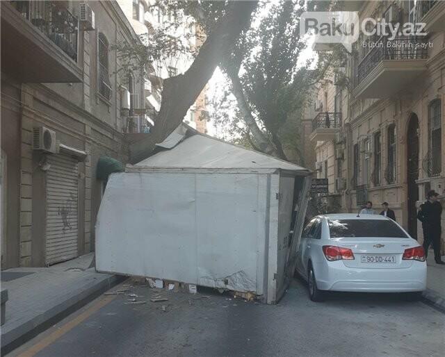 Bakıda yük avtomobili ağaca ilişib aşdı, polisin maşınına da ziyan dəydi - FOTO, fotoşəkil-3
