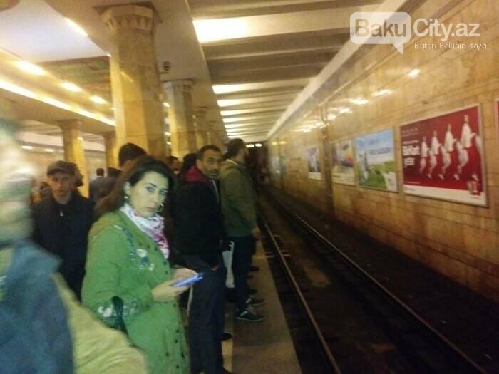 Bakı metrosunda ənənəvi problem: Qatarlar ləngidi, sıxlıq yarandı - FOTO, fotoşəkil-1