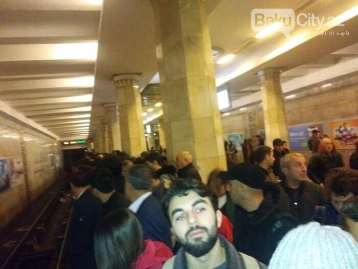 Bakı metrosunda ənənəvi problem: Qatarlar ləngidi, sıxlıq yarandı - FOTO, fotoşəkil-2