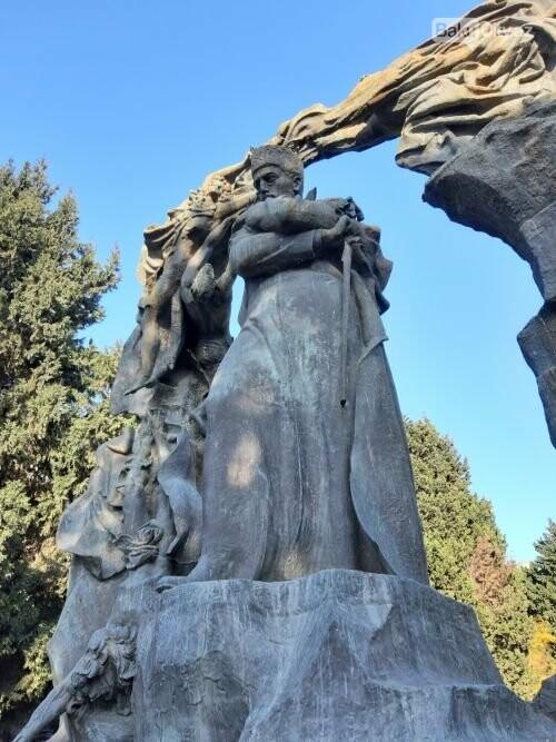 Hüseyn Cavidin heykəli: Ana və İblis, qızılgüllərə sevgi - FOTO, fotoşəkil-7