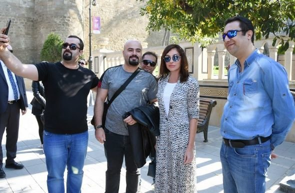 Mehriban Əliyeva Qala divarları olan əraziyə gəlib - VİDEO, fotoşəkil-1