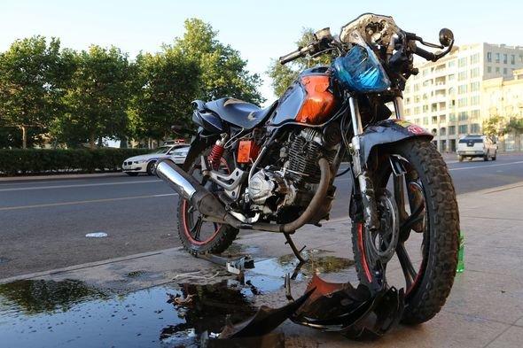 Bakıda qızla oğlan motosikletlə ağır qəzaya düşdülər - FOTO, fotoşəkil-1