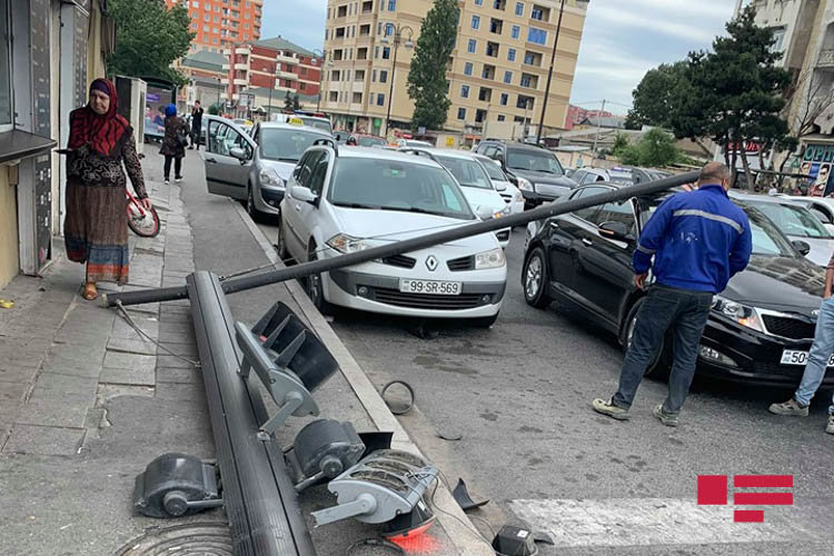 """Bakıda """"JEEP"""" işıqfora çırpıldı, digər avtomobilləri əzdi - FOTO, fotoşəkil-4"""