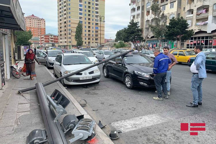 """Bakıda """"JEEP"""" işıqfora çırpıldı, digər avtomobilləri əzdi - FOTO, fotoşəkil-6"""