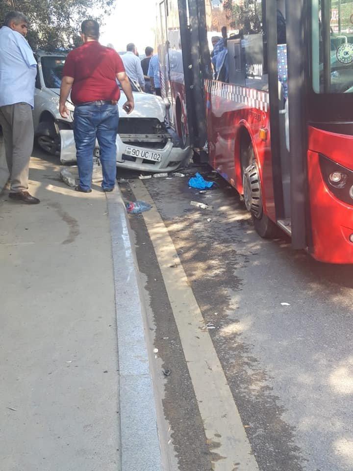 Bakıda ağır qəza: Sərnişin avtobusu avtomobillə toqquşdu - FOTO, fotoşəkil-2