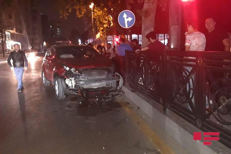 Bakıda qırmızı işıqdan keçən xanım sürücü ağır qəza törətdi - FOTO, fotoşəkil-2