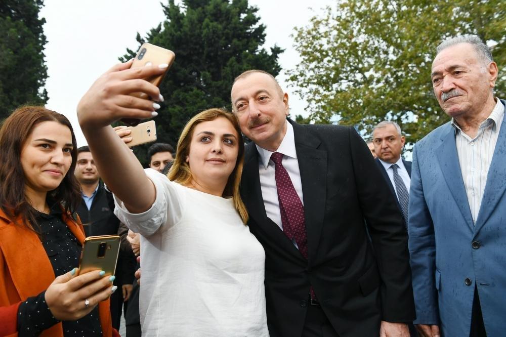 İlham Əliyev və Birinci xanım Bakıda parkda - FOTO, fotoşəkil-12
