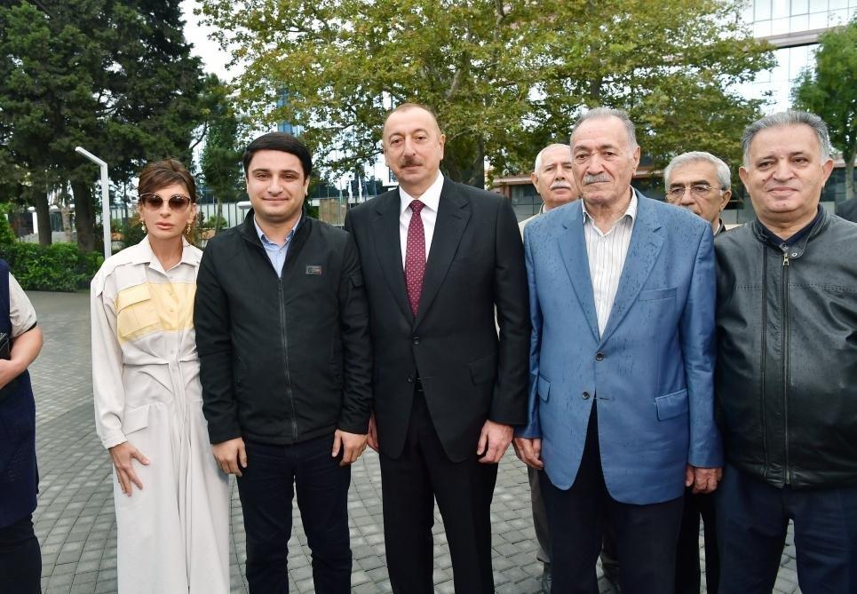 İlham Əliyev və Birinci xanım Bakıda parkda - FOTO, fotoşəkil-14