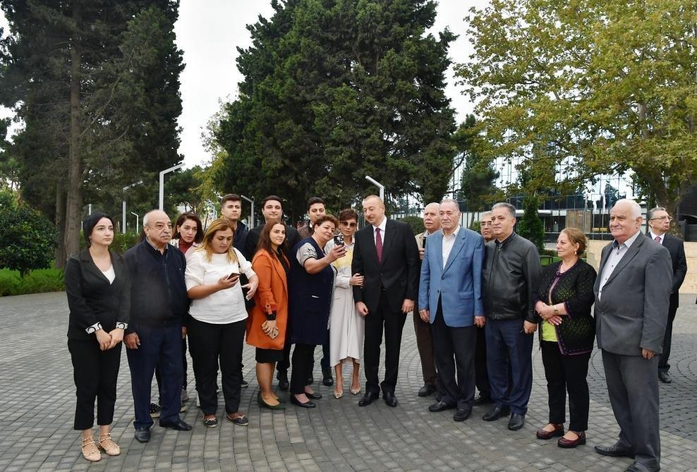 İlham Əliyev və Birinci xanım Bakıda parkda - FOTO, fotoşəkil-16