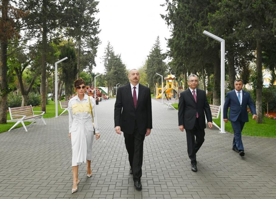 İlham Əliyev və Birinci xanım Bakıda parkda - FOTO, fotoşəkil-1