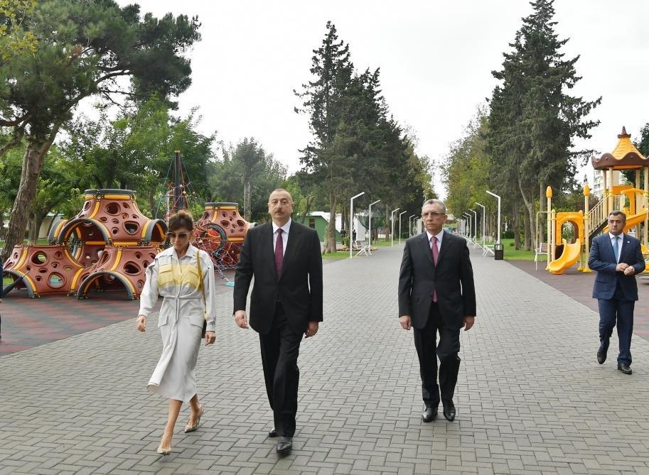 İlham Əliyev və Birinci xanım Bakıda parkda - FOTO, fotoşəkil-2