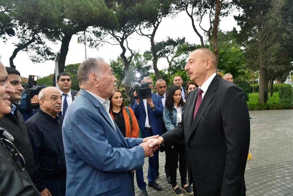 İlham Əliyev və Birinci xanım Bakıda parkda - FOTO, fotoşəkil-4