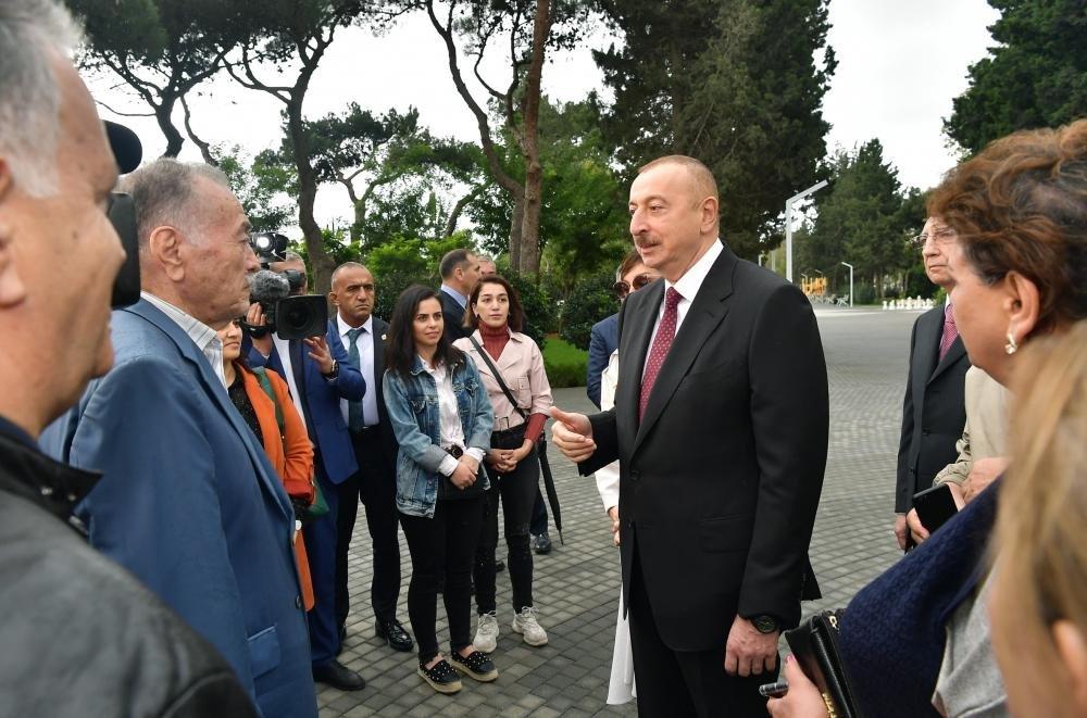 İlham Əliyev və Birinci xanım Bakıda parkda - FOTO, fotoşəkil-5