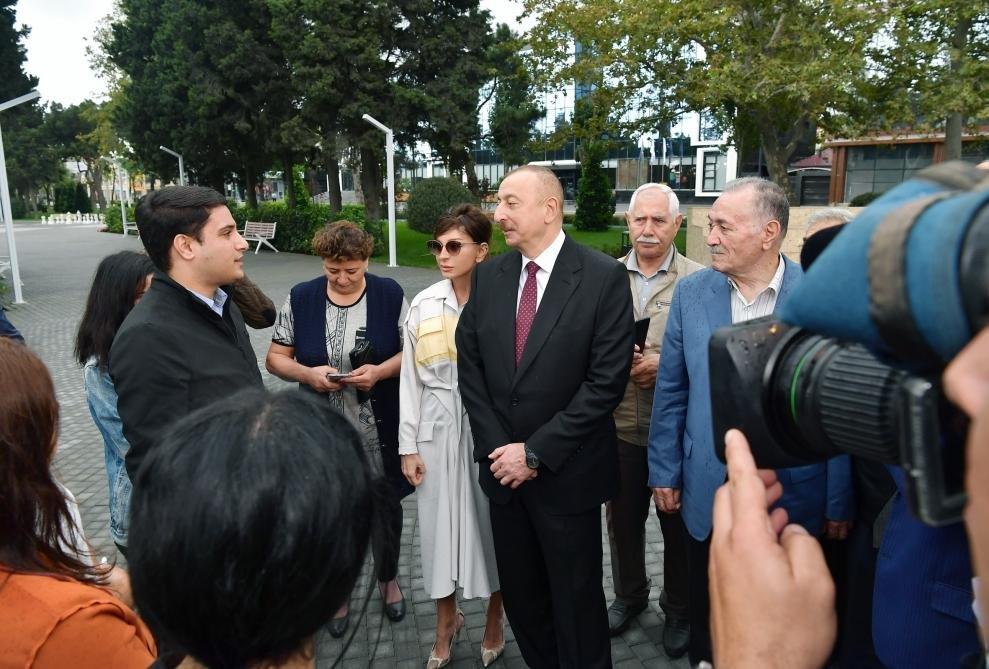 İlham Əliyev və Birinci xanım Bakıda parkda - FOTO, fotoşəkil-6