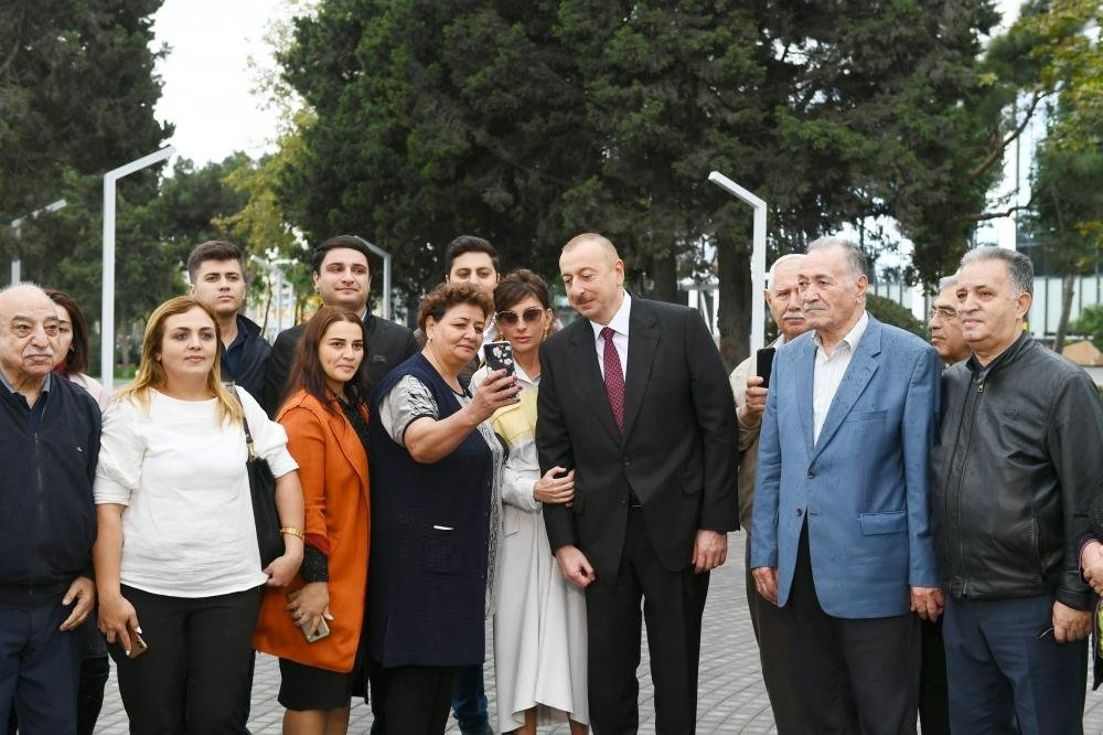 İlham Əliyev və Birinci xanım Bakıda parkda - FOTO, fotoşəkil-9