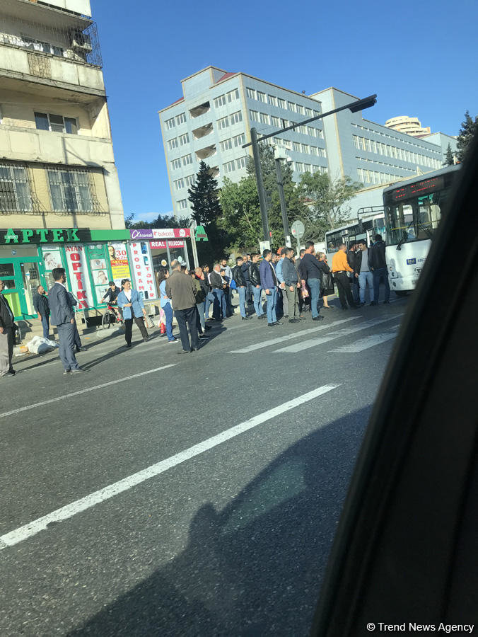 """Bakıda avtobus """"Toyota"""" ilə toqquşdu - FOTO, fotoşəkil-3"""