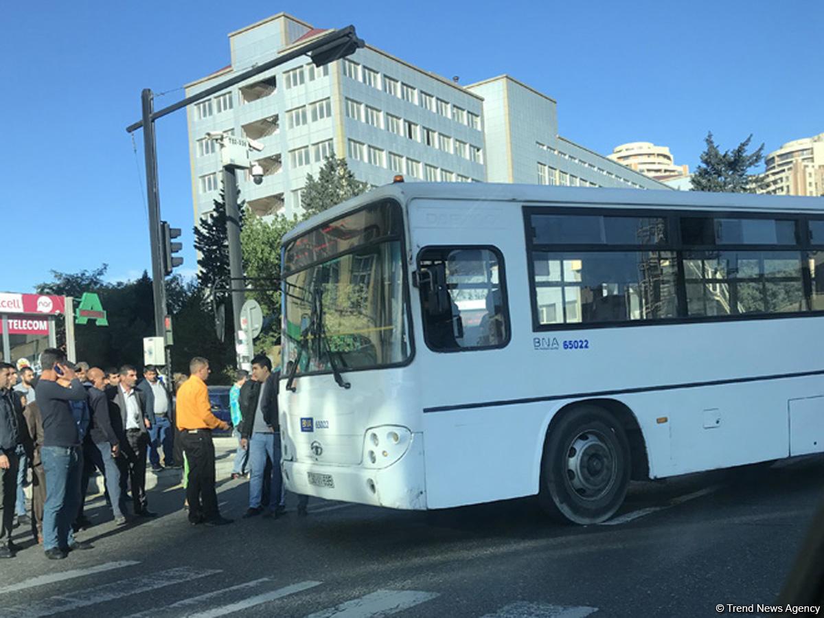 """Bakıda avtobus """"Toyota"""" ilə toqquşdu - FOTO, fotoşəkil-1"""