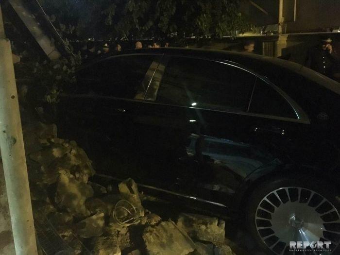 """""""Mercedes-Maybach"""" Bakının mərkəzində yaşayış evinə girdi - FOTO + VİDEO, fotoşəkil-1"""