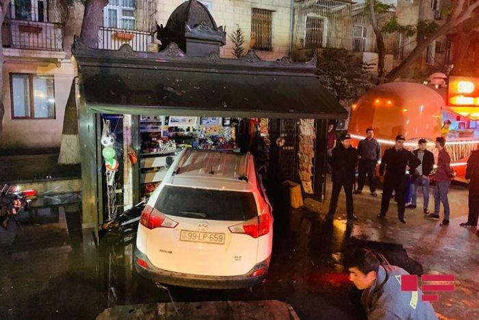 Bakıda sürücü yuxuladı, avtomobili köşkə girdi - FOTO + VİDEO, fotoşəkil-1