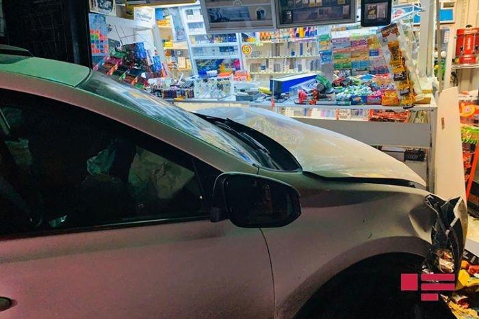 Bakıda sürücü yuxuladı, avtomobili köşkə girdi - FOTO + VİDEO, fotoşəkil-2