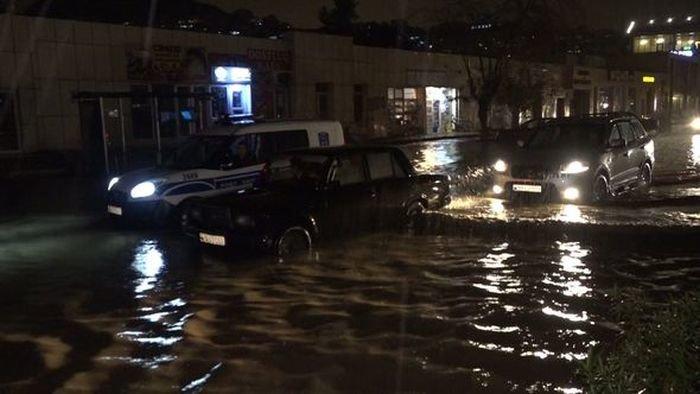 Bakıda yolları su basdı, avtomobillər batdı - FOTO + VİDEO, fotoşəkil-1