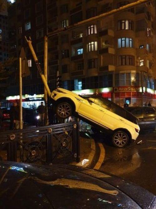 """Bakıda """"Range Rover""""i arakəsməyə dırmaşdıran xanım sürücü imiş - VİDEO, fotoşəkil-3"""