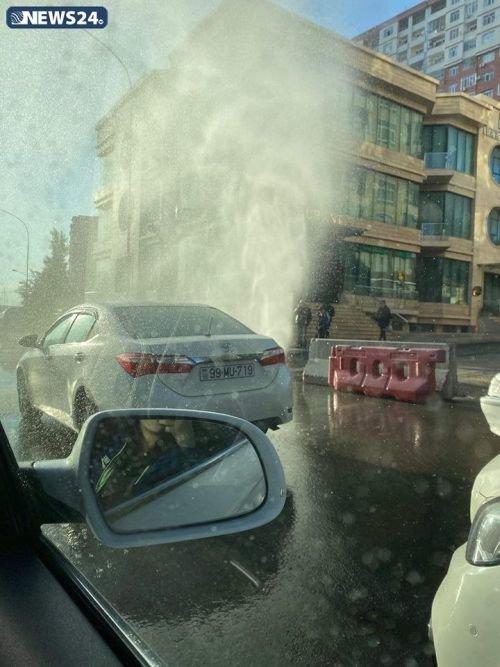 Bakıda yolun düz ortasında fontan - FOTO, fotoşəkil-1