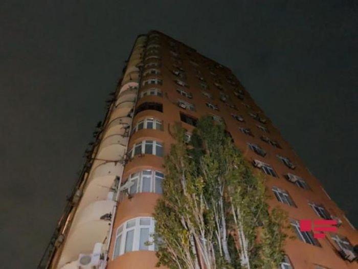 Bakıda 18 mərtəbəli binada yanğın: xəsarət alanlar var - FOTO + VİDEO, fotoşəkil-1