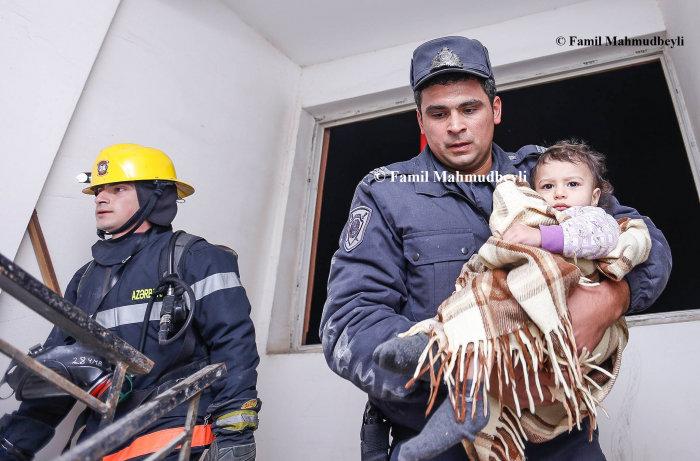 Bakıda yanan binadan insanları belə xilas etdilər - FOTO, fotoşəkil-2