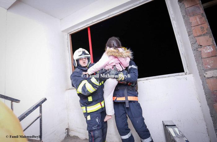 Bakıda yanan binadan insanları belə xilas etdilər - FOTO, fotoşəkil-3