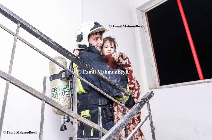 Bakıda yanan binadan insanları belə xilas etdilər - FOTO, fotoşəkil-10