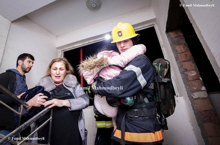 Bakıda yanan binadan insanları belə xilas etdilər - FOTO, fotoşəkil-9