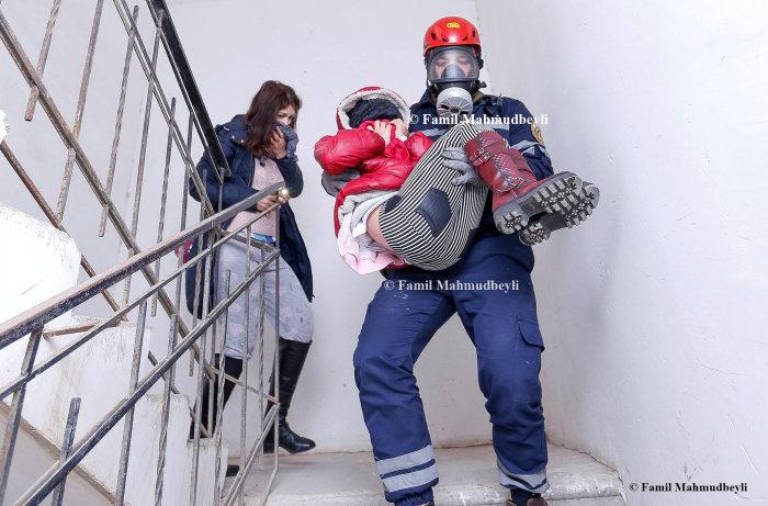 Bakıda yanan binadan insanları belə xilas etdilər - FOTO, fotoşəkil-8
