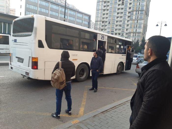 """""""İnsanlar qapısı açıq avtobusdan xəmir kimi daşırlar"""" - FOTO, fotoşəkil-2"""