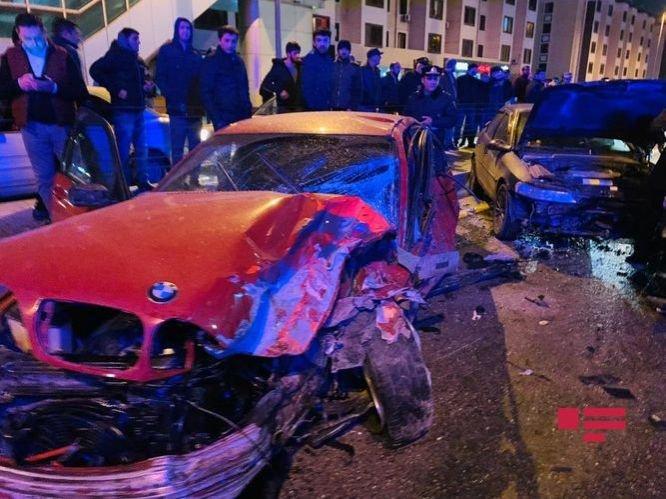 Bakıda ağır qəza: sürətlə gedən BMW əks yola çıxdı, yaralılar var - FOTO + VİDEO, fotoşəkil-1