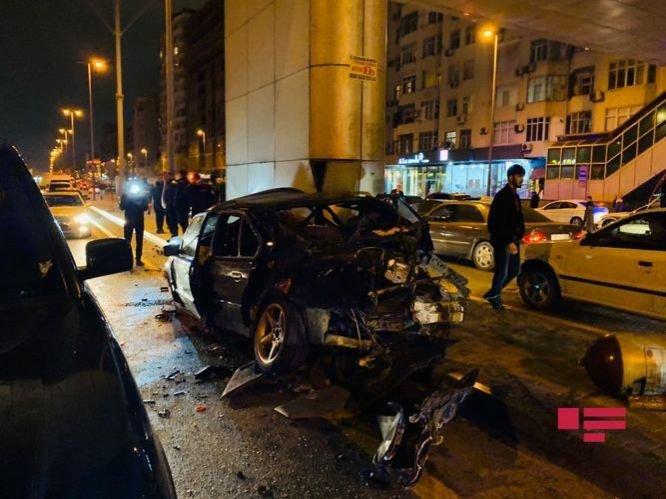 Bakıda ağır qəza: sürətlə gedən BMW əks yola çıxdı, yaralılar var - FOTO + VİDEO, fotoşəkil-5